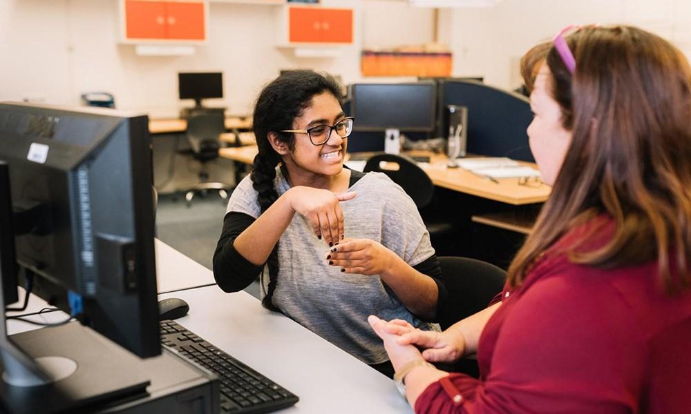 Maak van gebarentaal een keuzevak op alle middelbare scholen